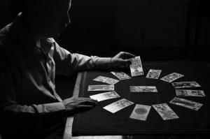 Comment se passe un tirage de carte en Cartomancie