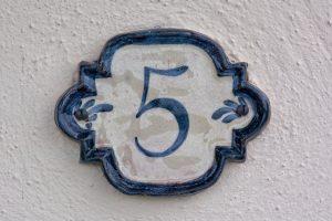 Significations de rêver d'un chiffre sur un mur